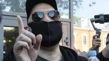 Kirill Serebrennikow nach der Gerichtsverhandlung. Der Regisseur bleibt in Freiheit, wurde aber zu einer Bewährungsstrafe verurteilt.