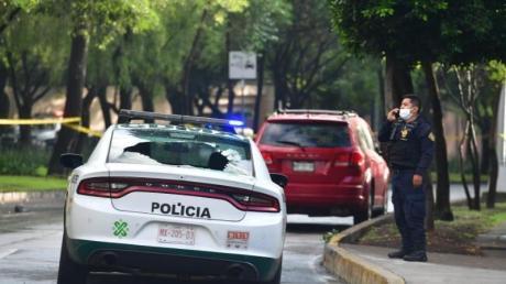Ein Polizeiauto mit zerbrochenem Glas am Tatort in Mexiko-Stadt.