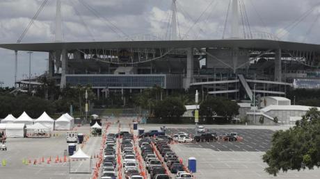 Autos stehen vor einer Corona-Teststation in Florida Schlange.