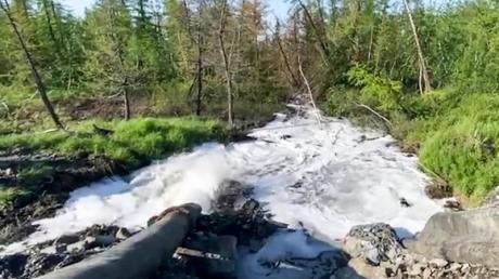 Ein Rohr leitet Flüssigabfälle des Nickelproduzenten Nornickel in einen Fluss.