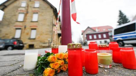 Blumen und Kerzen vor dem Tatort in Rot am See. Hier soll ein junger Mann sechs Familienmitglieder ermordet haben. Heute wird das Urteil vor Gericht erwartet.