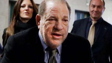 Harvey Weinstein (m.) hat sich mit einigen Klägerinnen auf einen fast 19 Millionen Dollar schweren Vergleich geeinigt.