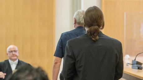 Der Angeklagte (r) geht in den Verhandlungssaal des Landgerichts. Acht Jahre nach dem gewaltsamen Tod von Maria Baumer hat der Mordprozess gegen ihren Verlobten begonnen.