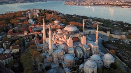 Die Hagia Sophia ist eine der wichtigsten Touristenattraktionen der Türkei. Sie steht im historischen Stadtteil Sultanahmet.