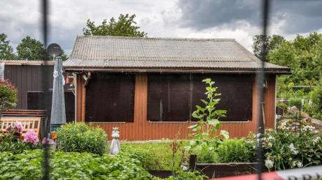 Absperrband umgibt den mutmaßlichen Tatort der Missbrauchsfälle:eine Gartenlaube am Rande von Münster.