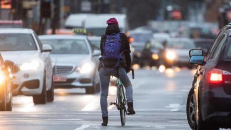 Eigentlich zielte eine Reform der Verkehrsregeln vor allem auf mehr Schutz für Radler. Doch hinzugekommene schärfere Sanktionen für Raser sorgen weiter für Ärger.