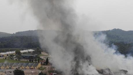 Rauchschwaden steigen nach Explosionen über einer Feuerwerksfabrik in der Türkei auf.
