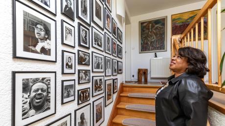 In ihrem Haus in Balingen hat Juandalynn Abernathy Bilder von denen aufgereiht, die ihr Leben geprägt haben – darunter auch ihr Vater Ralph (links unten).