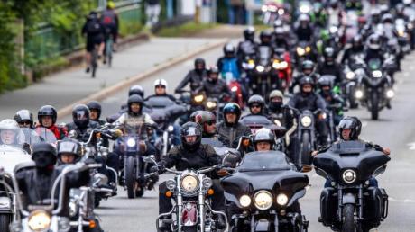 Motorradfahrer beteiligen sich an einem Fahrzeugkorso durch die Innenstadt in München.