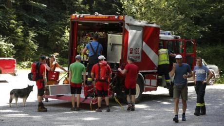 Rettungskräfte bereiten sich auf den Weg zur Unfallstelle an der Bärenschützklamm vor.