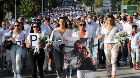 Veronique Monguillot, Ehefrau des nun gestorbenen Busfahrers, am Mittwoch bei einem Protestmarsch mit einem Foto von ihr mit ihrem Ehemann.