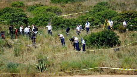 Polizisten aus Großbritannien und aus Portugal durchsuchen das Buschland außerhalb von Praia da Luz im Zuge der Untersuchung im Fall des vermissten britischen Mädchens Madeleine «Maddie» McCann. (Archivbild).