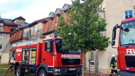 Feuerwehrfahrzeuge stehen vor dem Ort des Feuers in Templin. Der Dachstuhl des Heims sei aus bislang ungeklärter Ursache gegen 16:50 Uhr in Brand geraten.