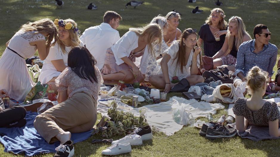 Eine Gruppe junger Menschen picknickt während der jährlichen Mittsommerfeierlichkeiten am 19 Juni. Wegen der Corona-Pandemie mussten viele größere Veranstaltungen diesmal abgesagt werden, nur vereinzelte sollten in sehr reduziertem Umfang stattfinden.
