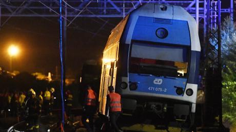Beim Zusammenstoß eines Personenzugs mit einem Güterzug hat es nahe Prag einen Toten und Dutzende Verletzte gegeben.
