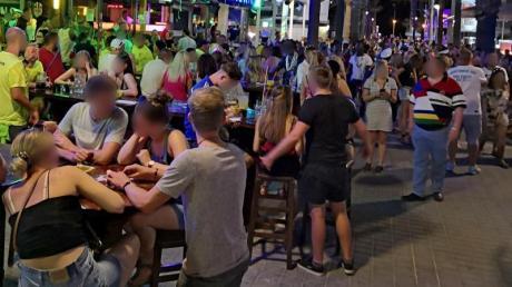 Dichtes Gedränge am vergangenen Freitag auf der «Bierstraße» in Palma de Mallorca.