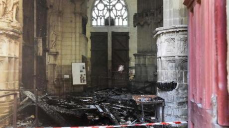 Verkohlte Trümmer liegen in der Kathedrale Saint-Pierre-et-Saint-Paul nach einem Brand.