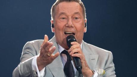 Schlagersänger Roland Kaiser steht beim Auftaktkonzert der «Kaisermania 2019» auf der Bühne in Dresdenv und singt.