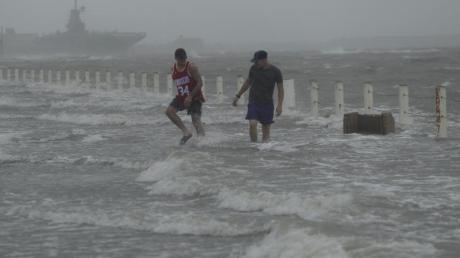 Eine Straße in der texanischen Stadt Corpus Christi ist bereits von dem anstehenden Hurrikan überflutet worden.