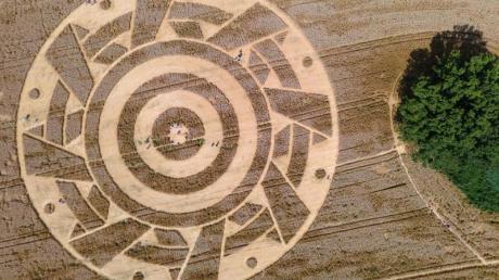 Wer hat den Kornkreis entworfen? (Luftaufnahme mit einer Drohne).