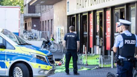 Einsatzkräfte der Polizei und der Kriminaltechnischen Untersuchung (KTU) vor dem Hauptbahnhof in Düsseldorf.