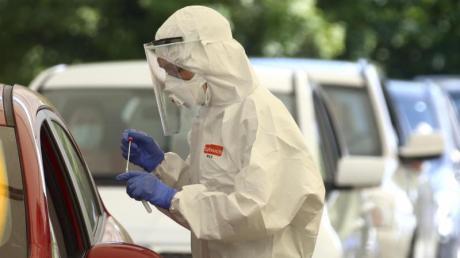 Menschen lassen sich am 28. Juli im niederbayerischen Mamming in einer behelfsmäßigen COVID-19-Teststation auf das Virus testen.