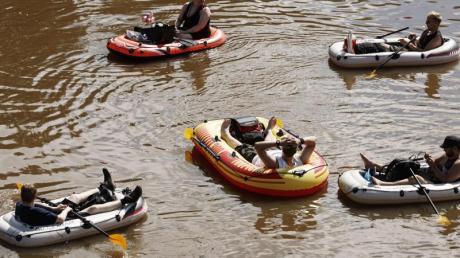 In Schlauchbooten über den Fluss Vantaanjoki - mit Bier.