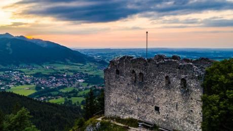 Mächtig thront die Burgruine Falkenstein über dem Ostallgäu. Dieses Foto entstand im vergangenen Jahr. Derzeit ist die Ruine eingerüstet.