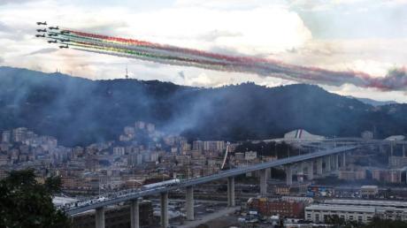 Die Kunstflugstaffel Frecce Tricolori fliegt bei der Einweihung in Genua über die neue Brücke hinweg.