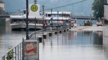 Eine Uferstraße in der Altstadt von Passau ist von der Donau überschwemmt worden.