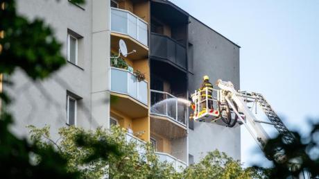 Feuerwehrleute bekämpfen den Brand in einem Hochhaus in Bohumin im Osten Tschechiens.