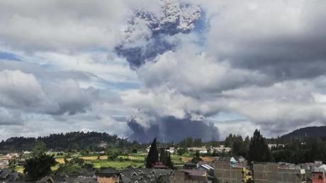 Der Vulkan Sinabung spuckt bei seinem Ausbruch Asche und Rauch in die Luft. Sinabung gehört zu den mehr als 120 aktiven Vulkanen in Indonesien.