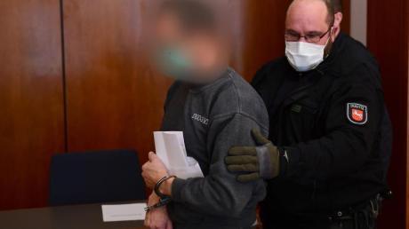 Der Angeklagte wird in den Gerichtssaal im Göttinger Landgericht geführt.