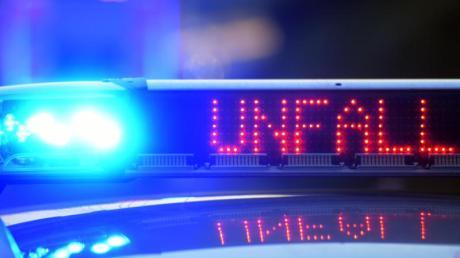 Eine 58-jährige Autofahrerin verursacht bei einem Autounfall in Deiningen einen Sachschaden von 20.000 Euro.