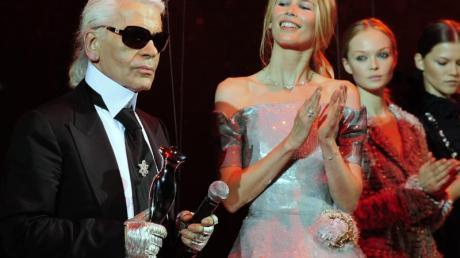 """Karl Lagerfeld nach der Verleihung des """"Elle Fashion Star"""" 2008, Claudia Schiffer applaudiert."""