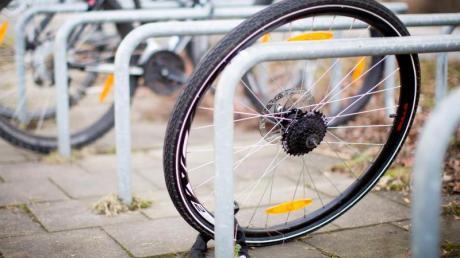 Am Höchstädter Bahnhof ist ein Fahrrad eines Jugendlichen gestohlen worden.