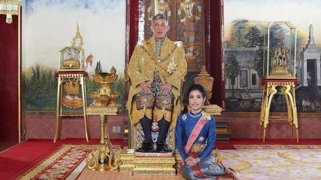 Sineenat Wongvajirapakdi zu Füßen von König Maha Vajiralongkorn (2019).
