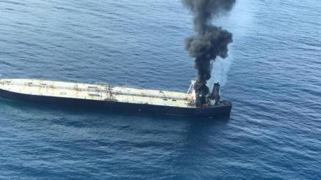 Rauch steigt von einem in Panama registrierten Öltanker etwa 38 Seemeilen (70 Kilometer) östlich von Sri Lanka auf. 270.000 metrische Tonnen Öl drohten ins Meer auszulaufen.