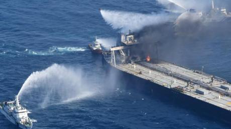Löschboote bekämpfen das Feuer auf der «MT New Diamond» im Indischen Ozean.