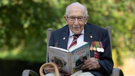 Sir Tom Moore mit seiner Autobiographie.