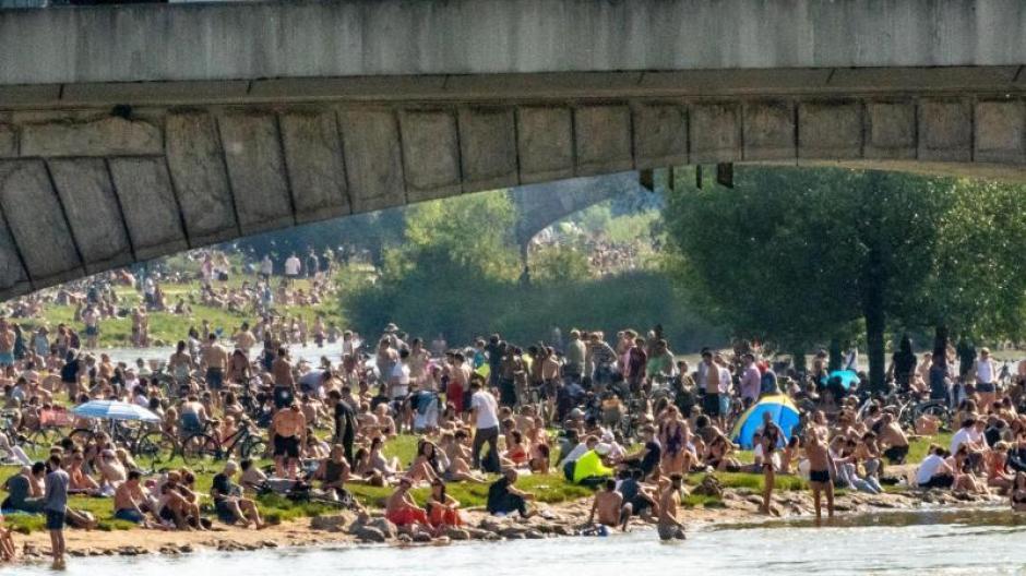 Corona-Hotspot München: Dicht an dicht lagen die Menschen in München am Wochenende bei sommerlichen Temperaturen an der Isar.