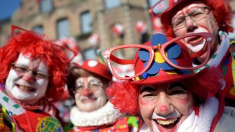 Clowns in Düsseldorf beim Rosenmontagszug im Jahr 2015.