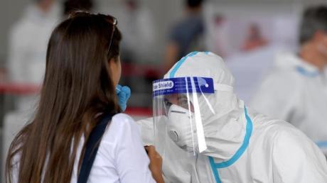 Reisende, die aus Risikogebieten zurückkehren, müssen sich 48 Stunden vor oder nach der Einreise auf Corona testen lassen.