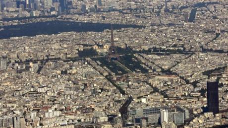 In Paris hat ein Kampfflugzeug, das die Schallmauer durchbrochen hat vielenMenschen einen Schrecken eingejagt.