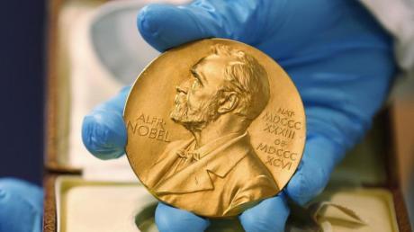 Auf der einen Seite erhalten deutsche Wissenschaftler Nobelpreise, auf der anderen misstrauen gerade jetzt viele Menschen der Forschung. Dabei sind die Forscher so präsent wie nie.
