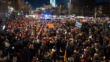 An der Kundgebung gegen die von Bund und Ländern beschlossenen Corona-Maßnahmen nahmen mehrere Tausend Menschen teil.