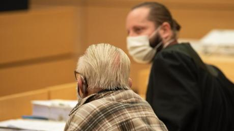 Der Angeklagte (links) neben seinem Anwalt Norman Jacob.
