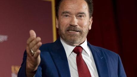 Arnold Schwarzenegger ist gefeierter Action-Held und Ex-Gouverneur von Kalifornien. Er wendet sich in einer Videobotschaft an die US-Amerikaner und appelliert, die Spaltung des Landes zu überwinden.