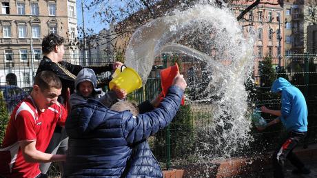 """Trocken bleibt am Ostermontag in Polen selten jemand. Am """"Smigus-dyngus"""" oder auch """"lany poniedziałek"""" ist es Tradition, dass Männer vorzugsweise unverheiratete Frauen nass spritzen."""