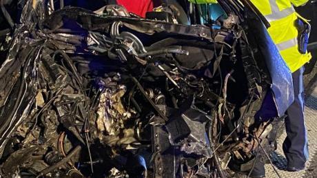 Nach einem Unfall auf der A99 ist ein Fahrzeug völlig zerstört.